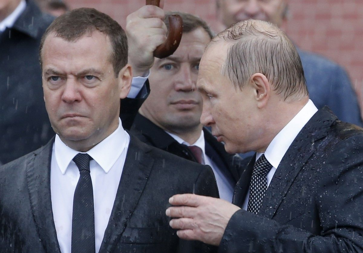 Медведев и Путин во время возложения цветов к могиле Неизвестному солдату в Москве / REUTERS