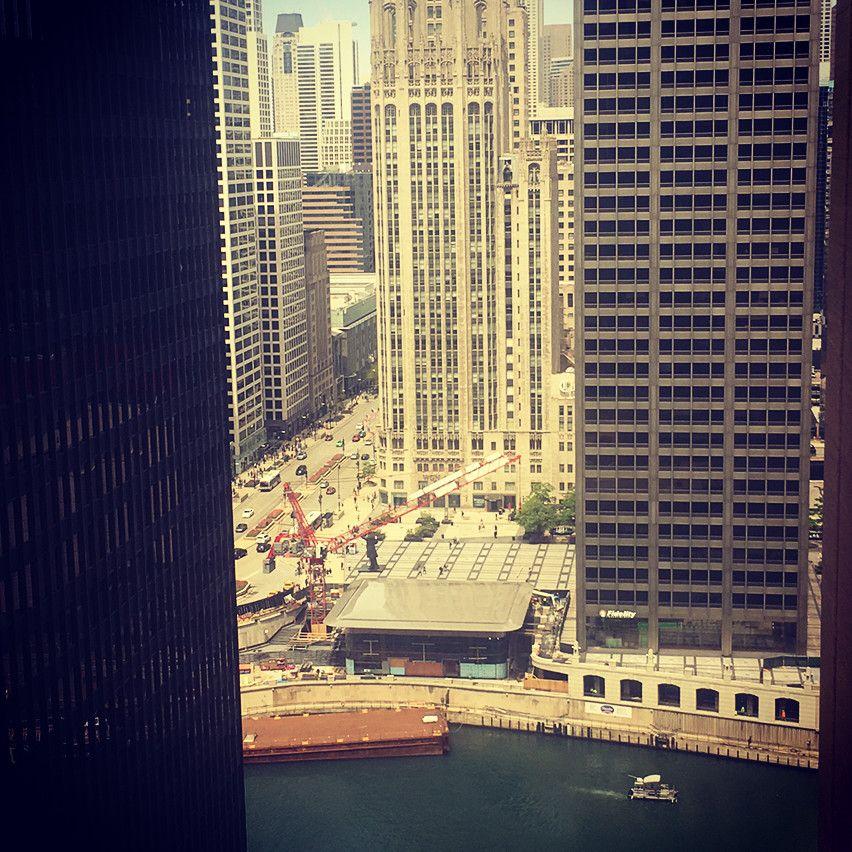 На даху в центрі Чикаго з'явився гігантський MacBook Air