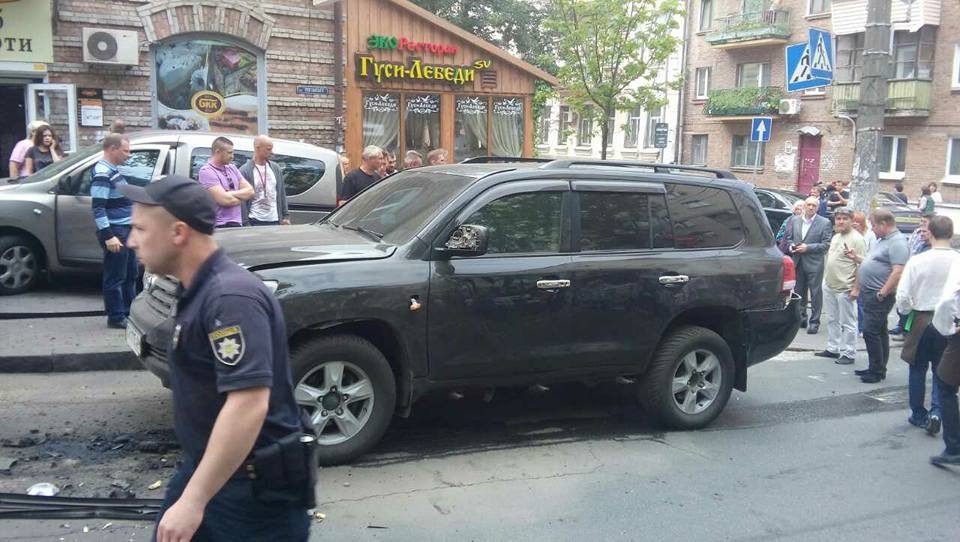 У центрі Києва вибухнув позашляховик