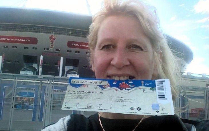 Одна из болельщиц, попавшая в двухчасовую очередь за паспортом болельщика перед матчем в Cанкт-Петербурге / vk.com