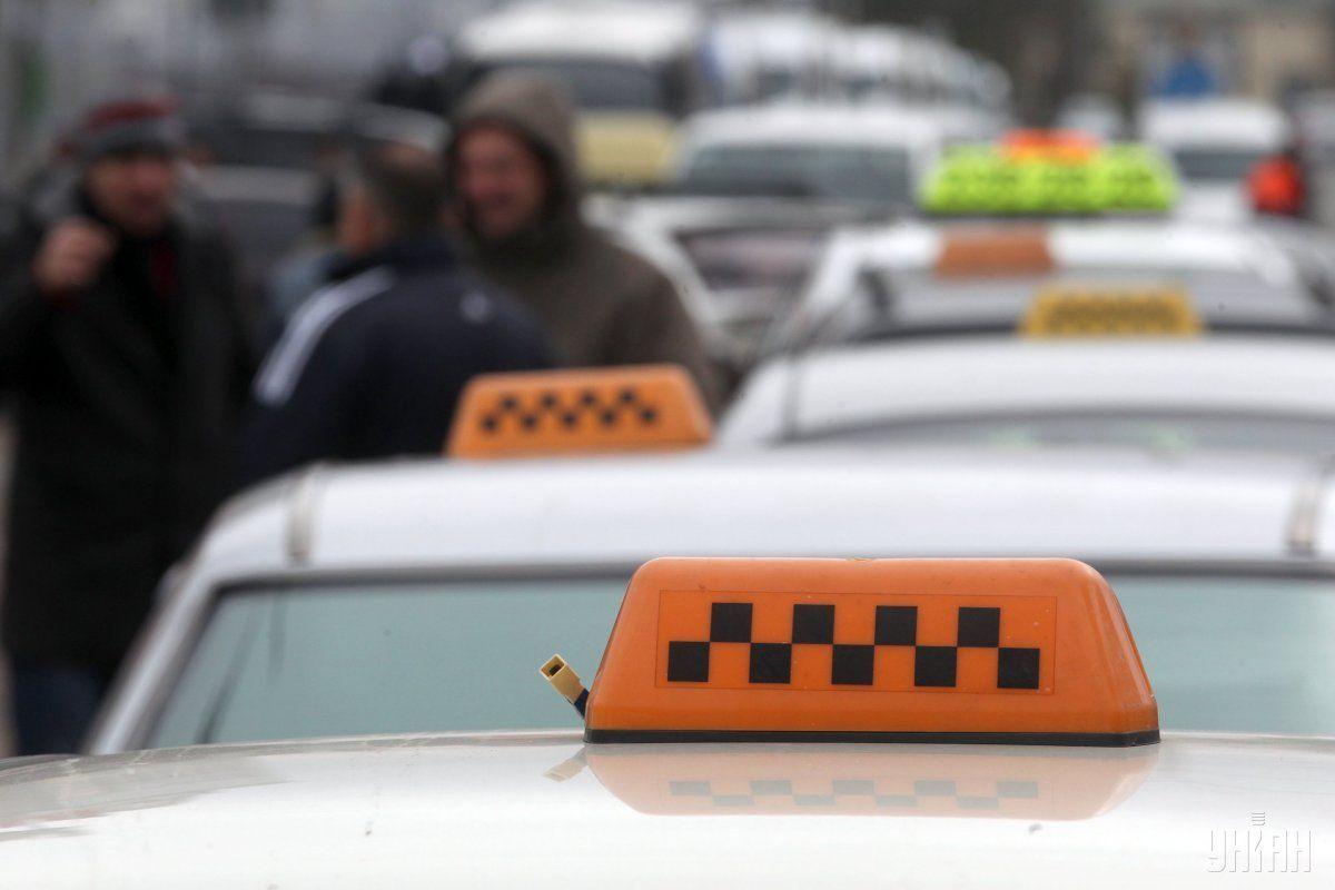 Коллеги раненого таксиста задержали нападавших / фото УНИАН