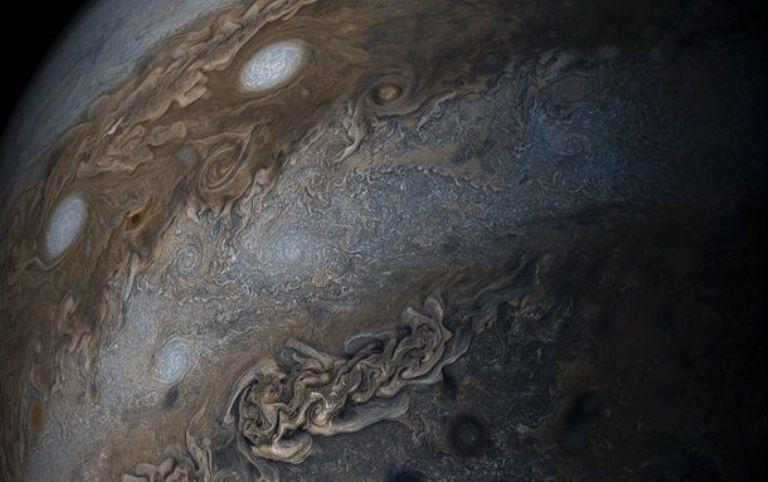 NASA опубликовало снимок ураганов наЮпитере