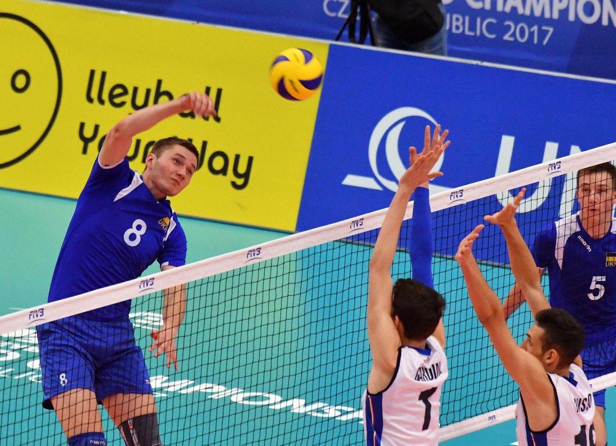 Игроки сборной Украины (слева - Андрей Рогожин) не сумели преодолеть защиту итальянской команды / fivb.org