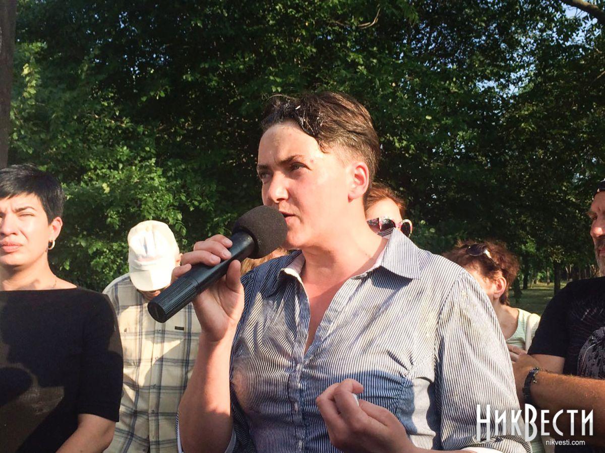 Савченко закидали яйцями у Миколаєві