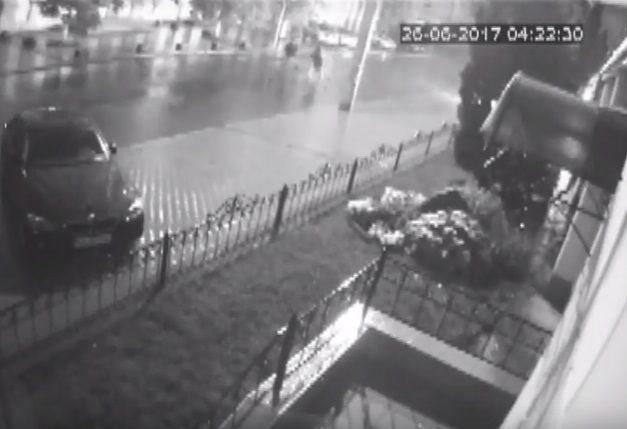 """Камери """"спіймали"""" момент нападу на офіс """"Батьківщини"""" у Києві"""