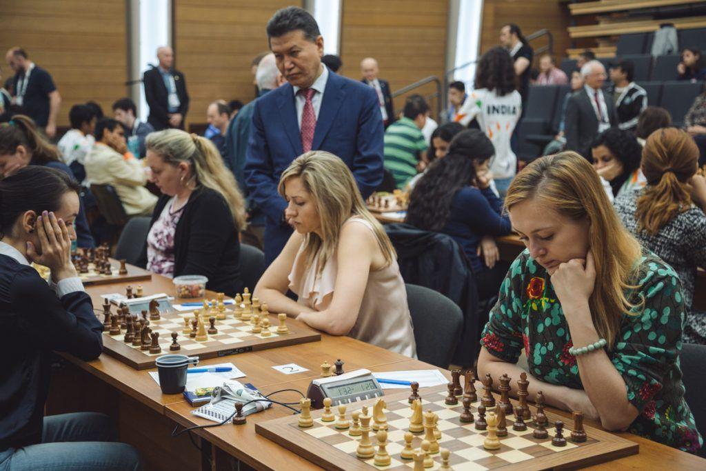 Украинки (справа - Анна Ушенина) вышли в лидеры Олимпиады / ugra2017.fide.com