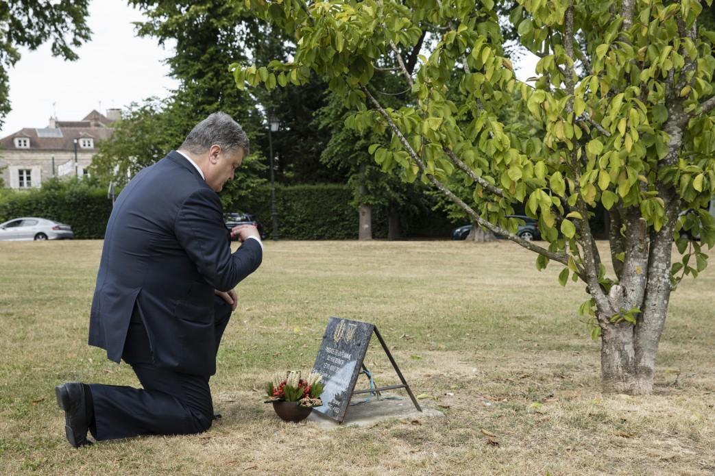 Порошенко у Франції вшанував пам'ять жертв Голодомору