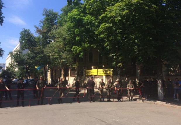 """Під АП сталися сутички між поліцією і вкладниками банку """"Михайлівський"""""""