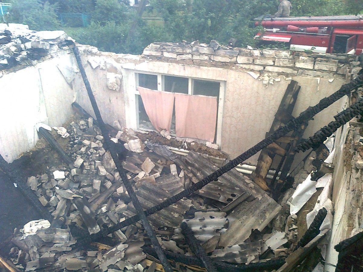 У Луганській області блискавка влучила у дах будинку / ДСНС
