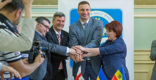 Кличко подчеркнул, что столичная власть сегодня показывает пример другим городам Украины / фото kievcity.gov.ua