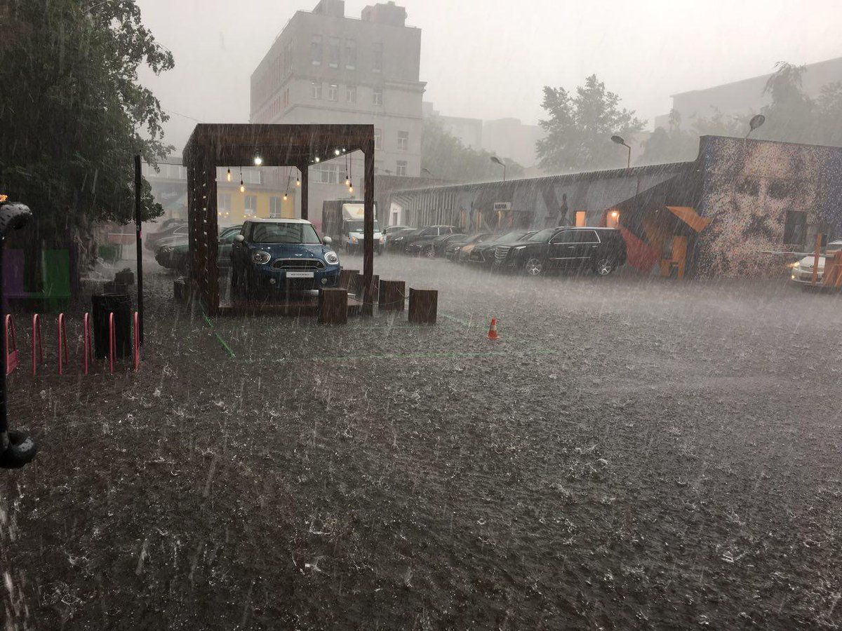 В Австрії через ураган обвалився намет на пивному фестивалі, загинуло двоє людей, більше сотні травмовані
