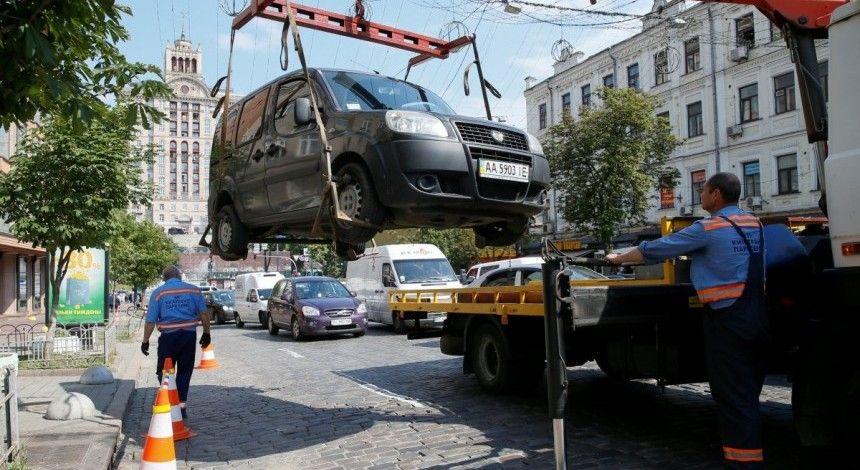Эвакуировать авто в Киеве продолжит мариупольская «прокладка» по втрое завышенным тарифам - СМИ