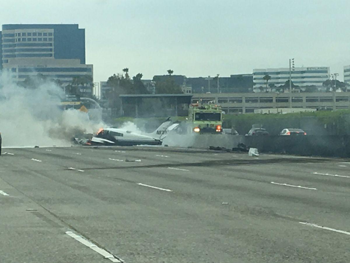 Авиакатастрофа вСША: самолет вовремя падения на дорогу задел авто