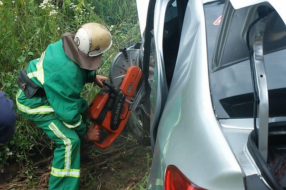 За допомогою спеціального обладнання рятувальники вивільнили потерпілу жінку / фото ДСНС