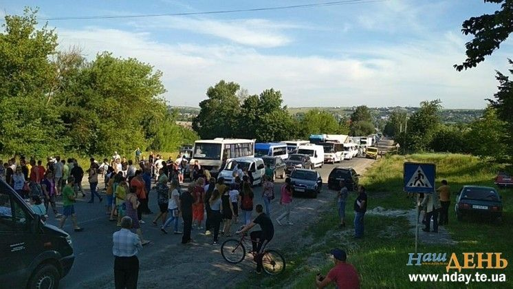 Звинувачуючи слідчих у повільному розслідуванні жителі Вишнівця 29 червня перекрили міжнародну трасу / фото Наш день