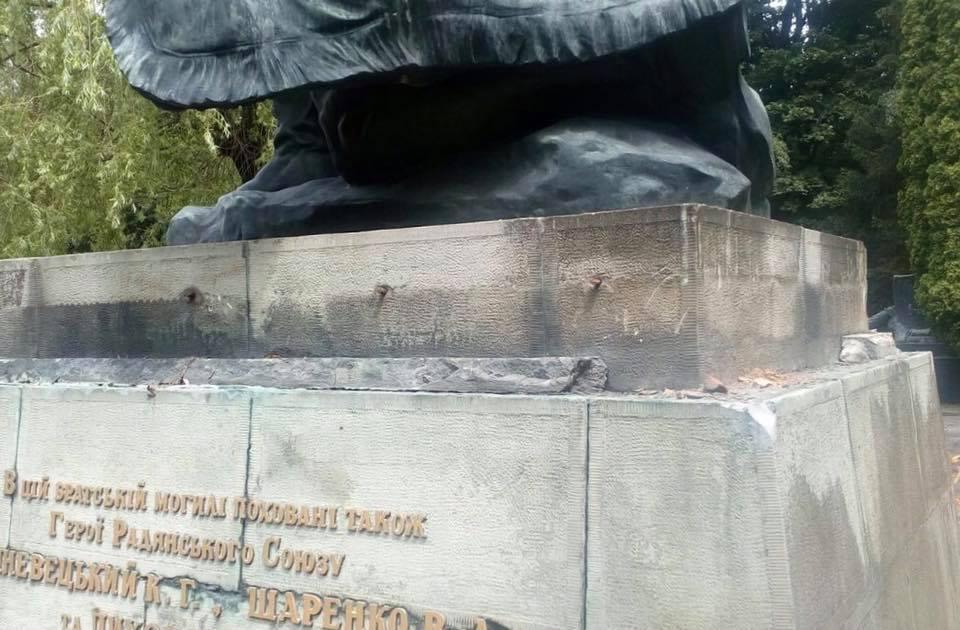 ВоЛьвовской области вандалы засутки повредили два монумента