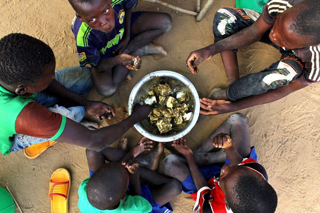 Только в четырех африканских странах голодает почти полтора миллиона детей. Фото УКГВ/Иво Брандау