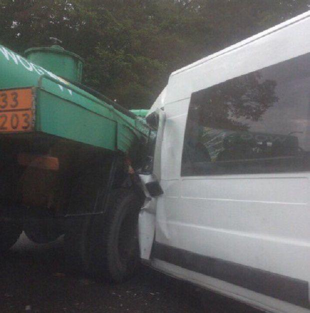 Водій мікроавтобуса загинув на місці / фото Варта 1