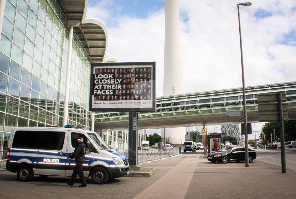 Плакати в Гамбурзі / фото uacrisis.org