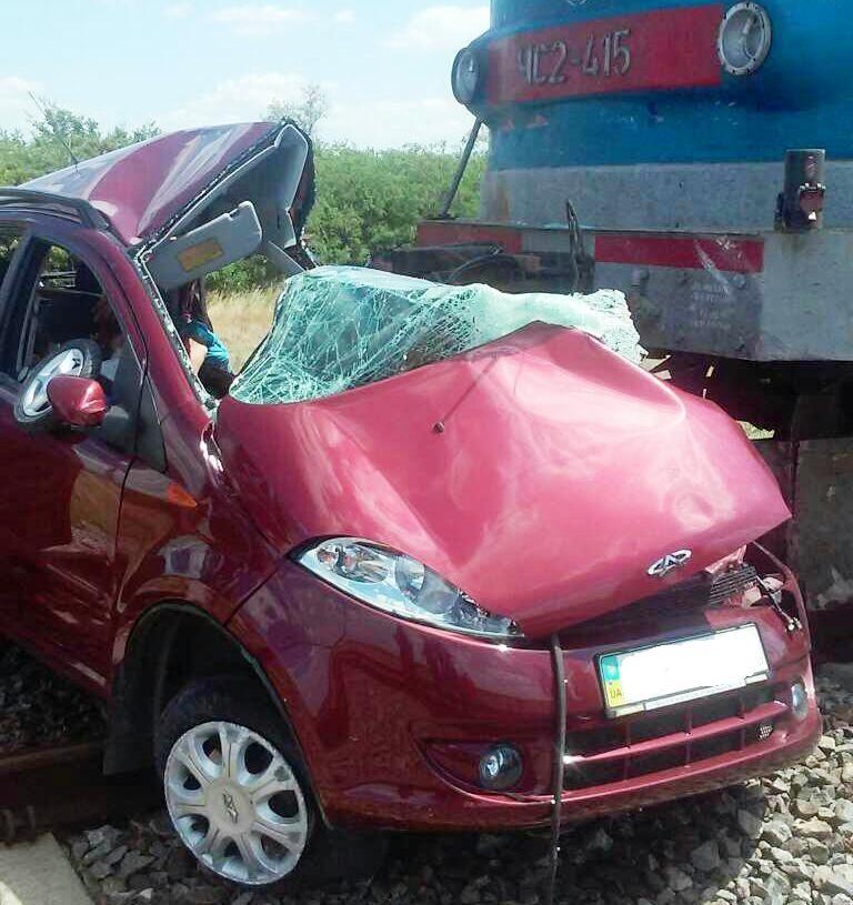 Поезд протаранил легковую машину, погибли три человека— катастрофа наЗапорожье