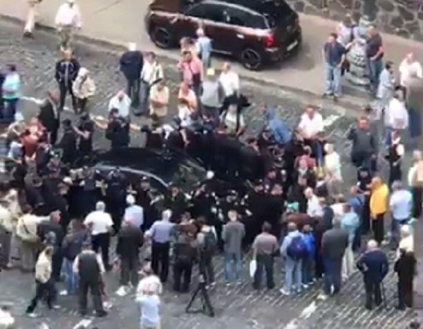 Porsche Panamera въехал в толпу / Скриншот