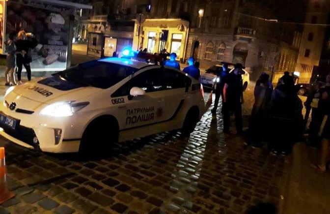 Поліцейські надали жінці першу медичну допомогу / фото tvoemisto.tv