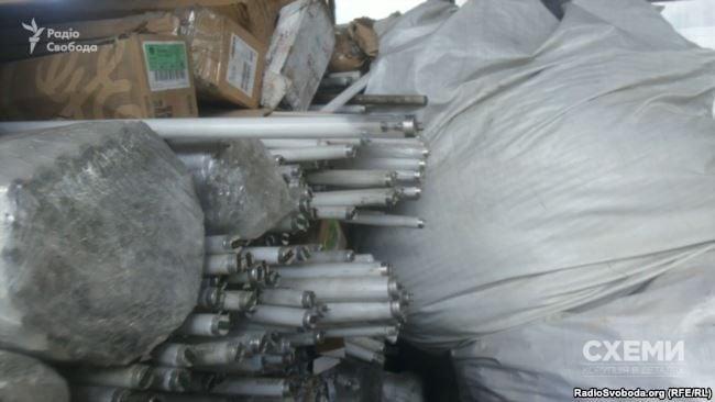 Большое количество люминесцентных ламп на складе