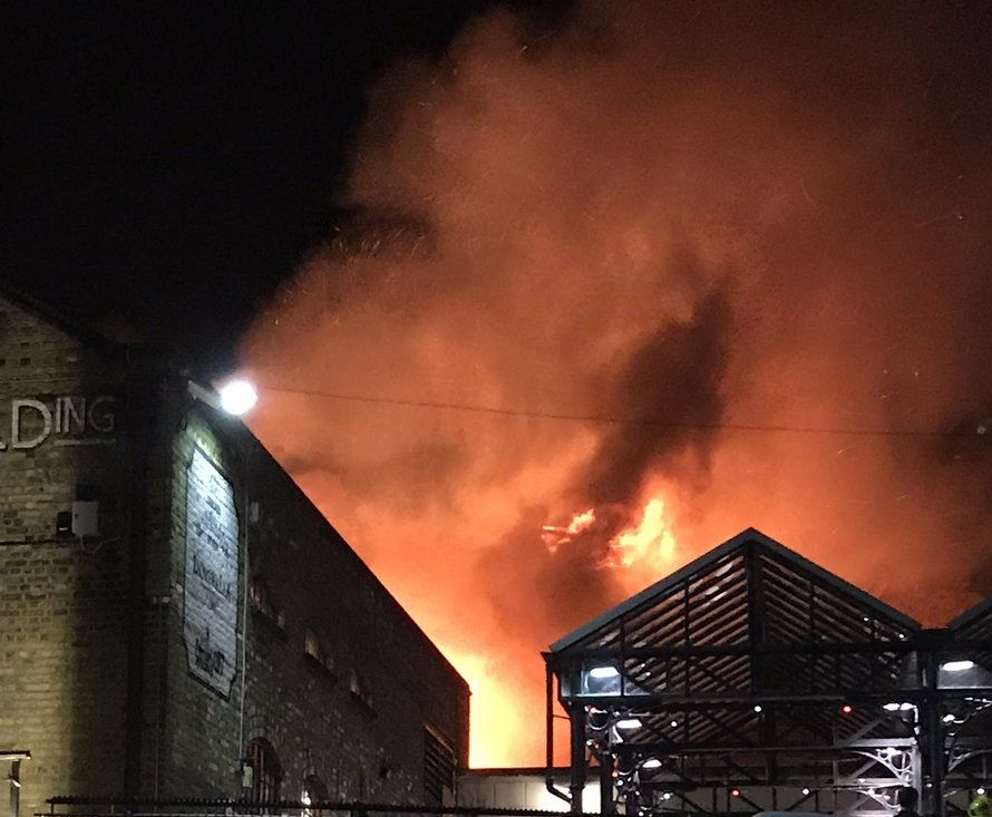 Сверепый пожар  гасят  нарынке Camden Market встолице Англии