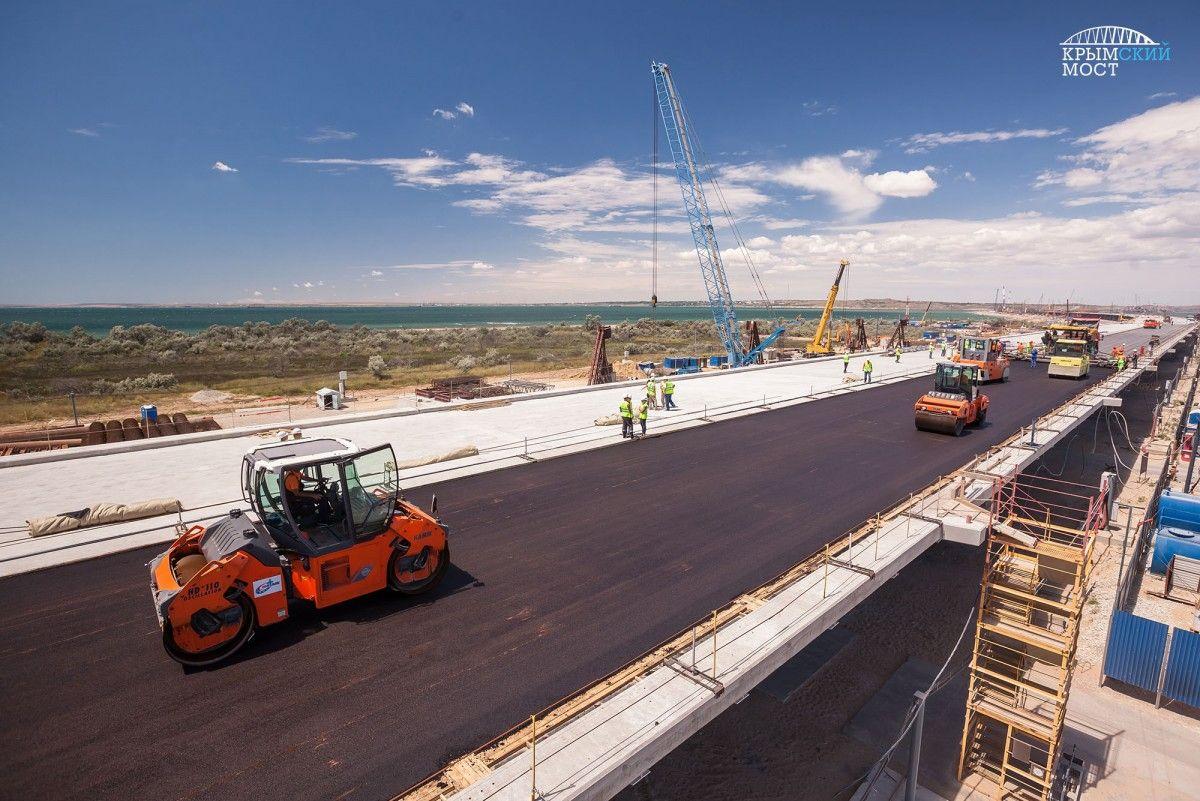 После строительство моста часть судов из украинских портов не сможет проходить через Керченский пролив из-за слишком большой осадки / фото fkutaman.ru