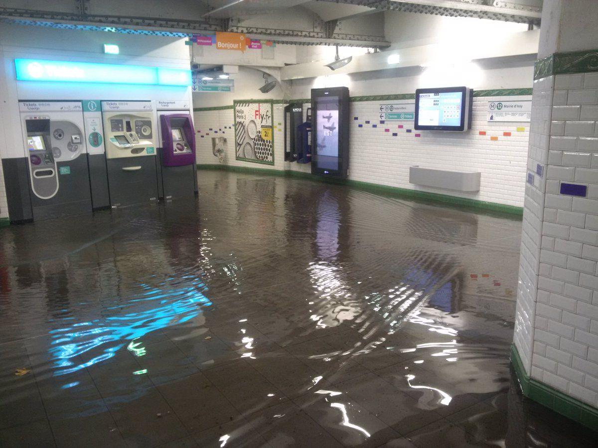Зливи затопили паризьке метро / twitter.com @AntoinedeP