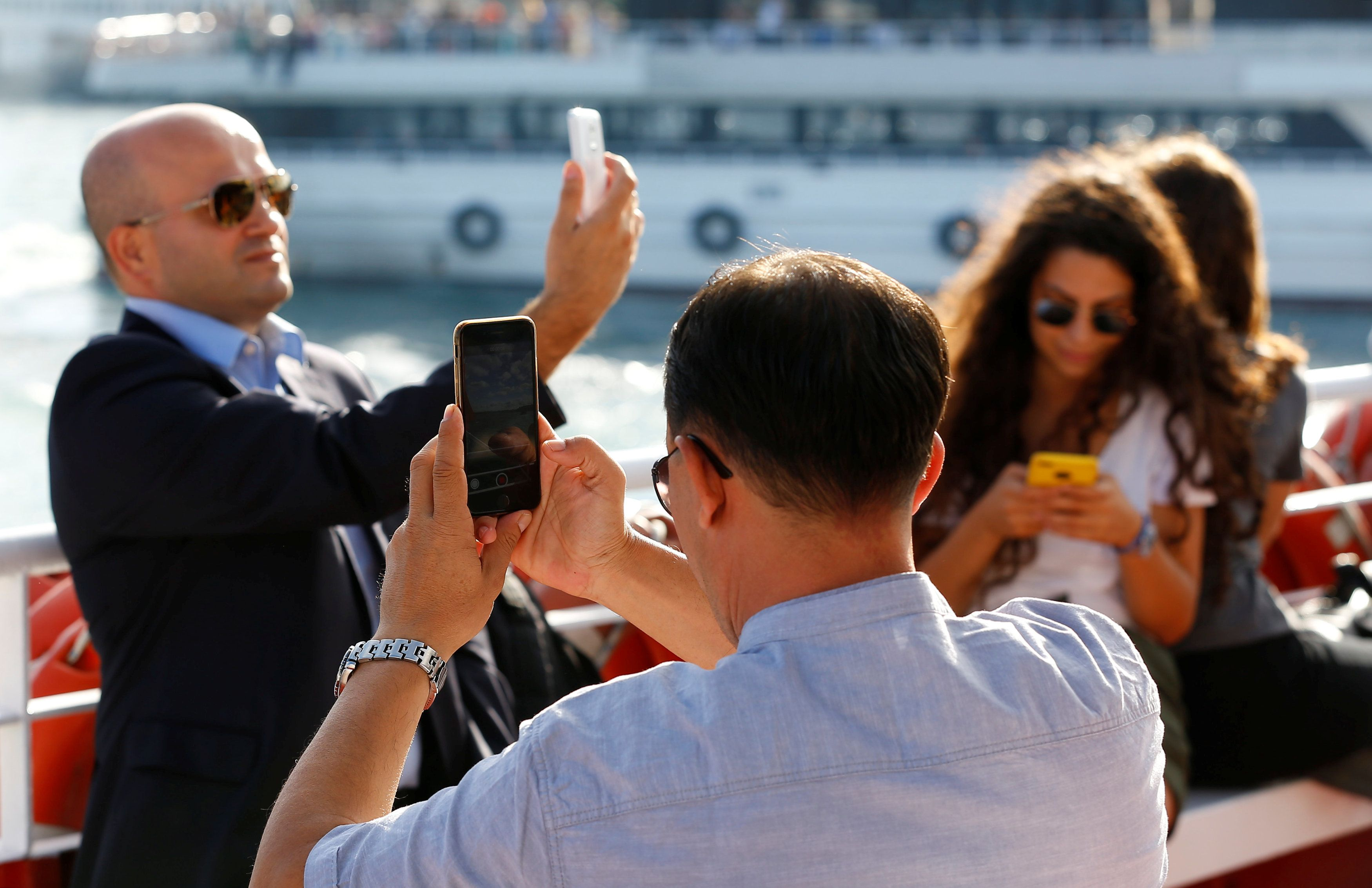 Пользователи берут телефон в руки, в среднем 2617 раз в день / REUTERS