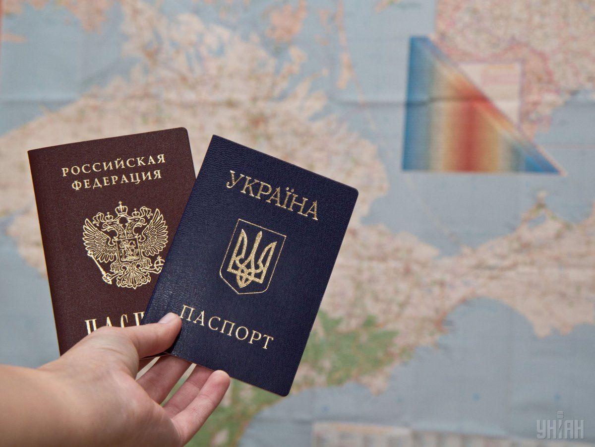 Примечательно, что в паспортном столе также нужно предъявить и украинский паспорт/ фото УНИАН