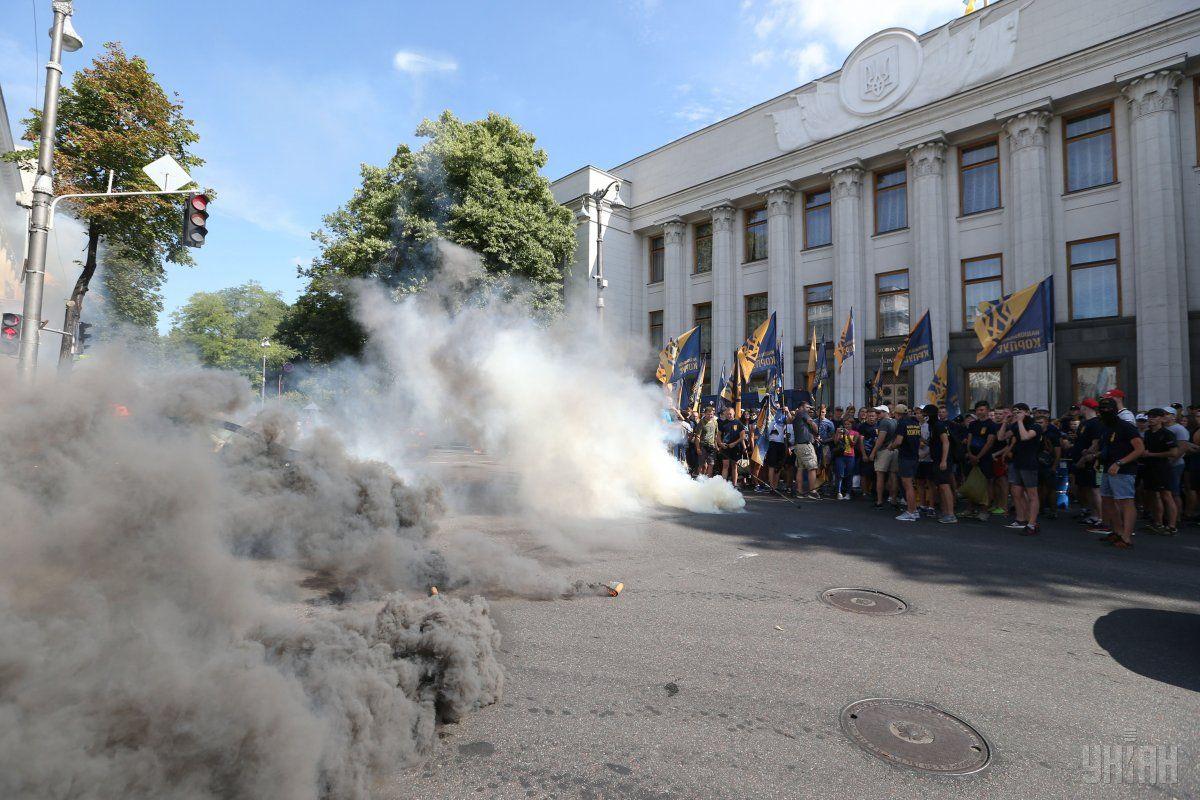 Активисты перекрыли въезды в парламент, время от времени они зажигают файеры / фото УНИАН