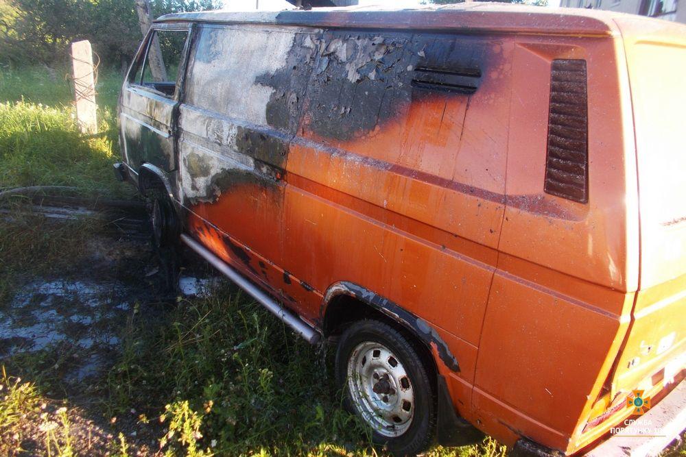 Внаслідок загорання знищено водійський відсік салону автомобіля та 2 передніх колеса / фото ДСНС