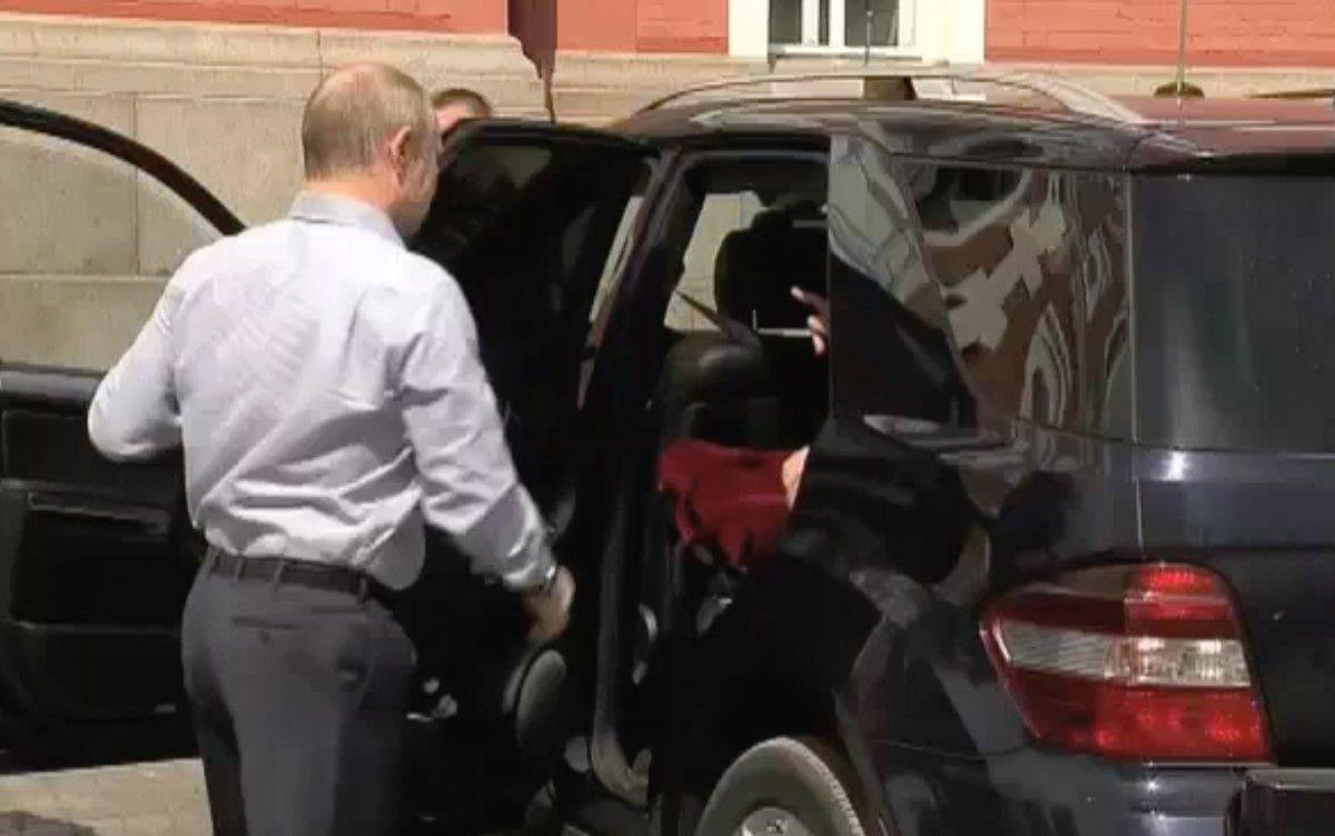 Багато припустили, що Путін приїхав на Валаам з невідомою супутницею, а червоний предмет - її сумка / Скріншот
