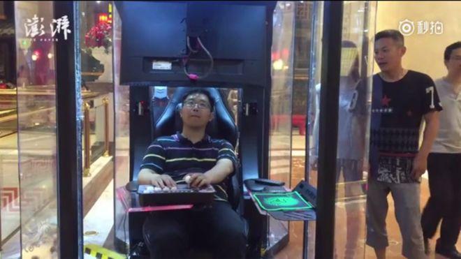 Всередині кожної капсули є стілець і комп'ютер з іграми / The Paper