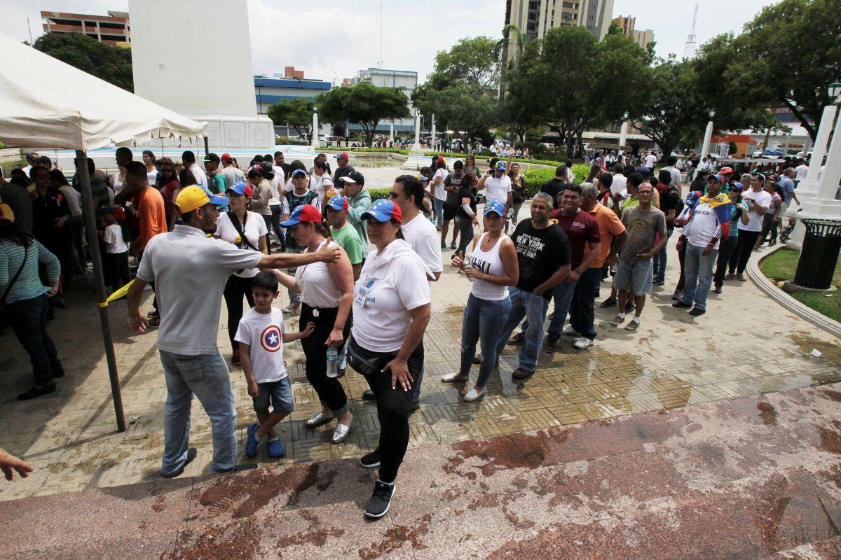 Черга до виборчої дільниці неофіційного референдуму в Маракайбо, Венесуела / REUTERS