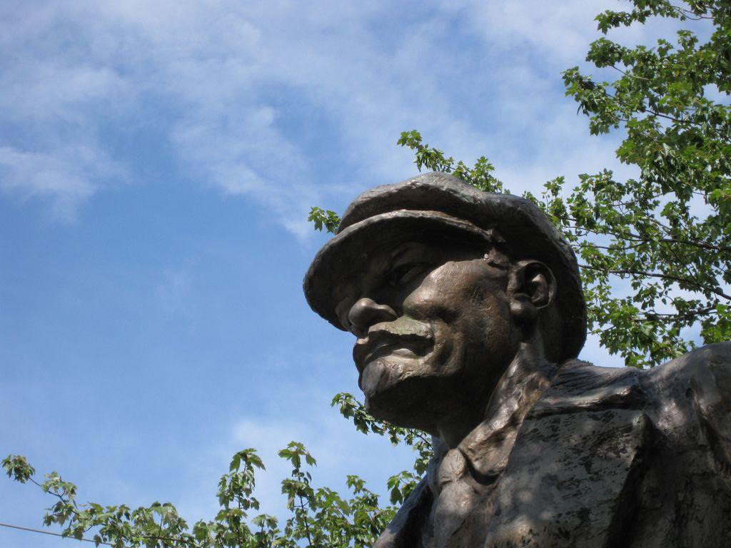 Хоть декоммунизация в Украине фактически завершилась, некоторые памятники Ленину так и не были демонтированы / Фото via littlecabbage flickr.com