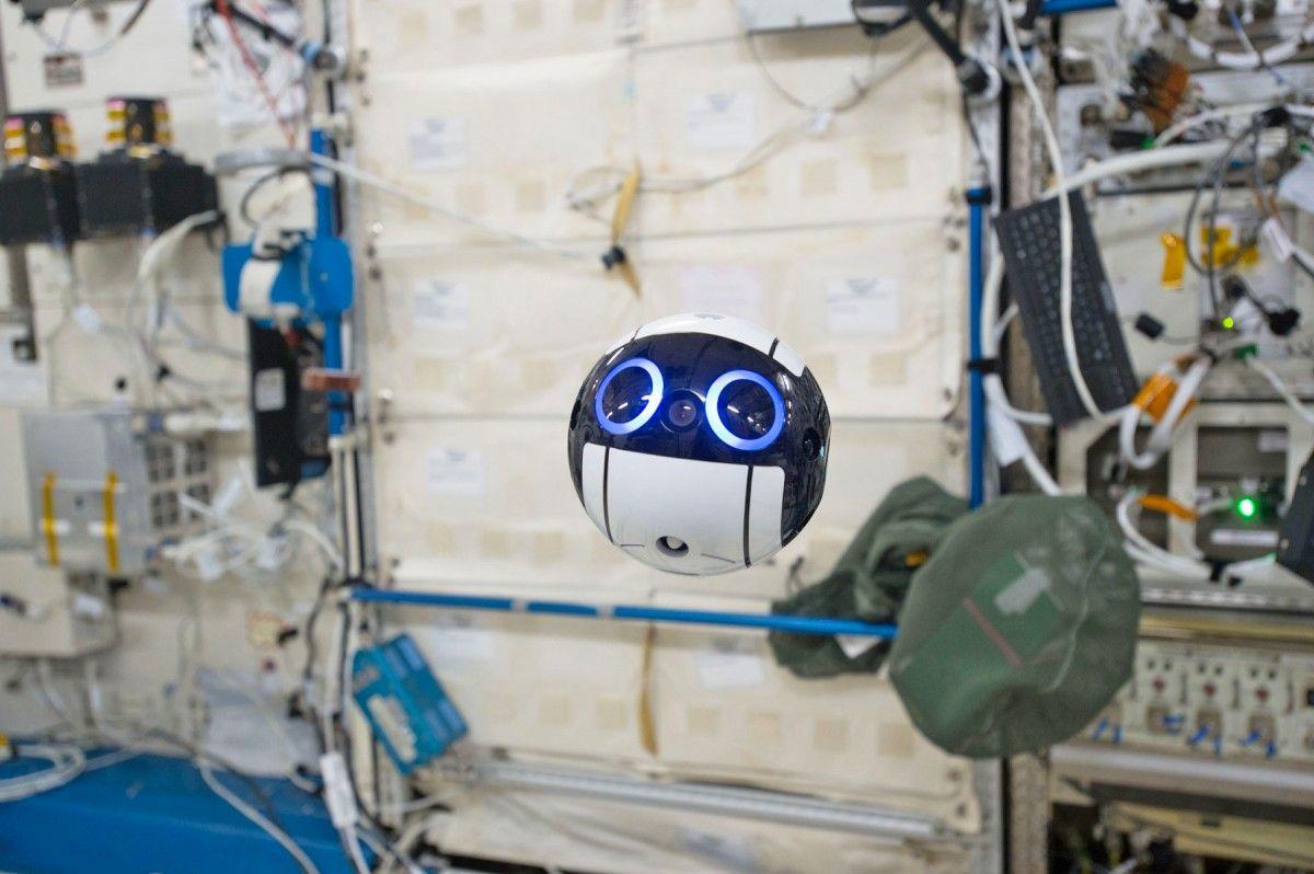 Робот-фотограф на МКС / JAXA/NASA
