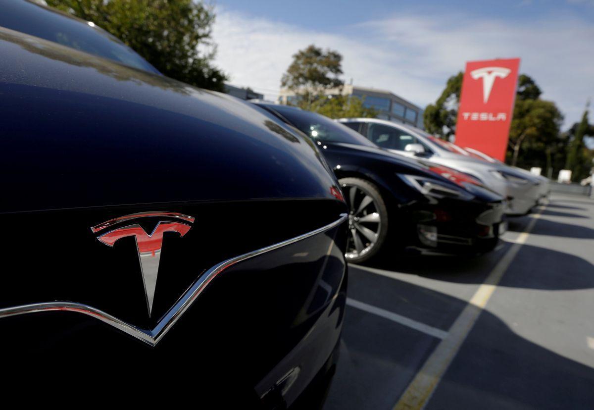 Акции Tesla потеряли неменее 3% после трагедии машины савтопилотом
