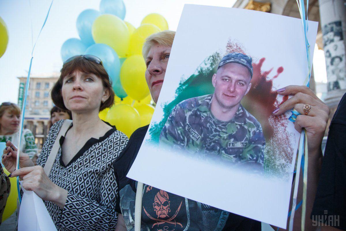 Людмила Голоус со снимком сына в руке / фото УНИАН