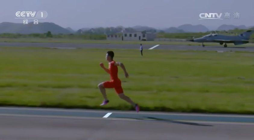 Китайський бігун обігнав винищувач (відео)