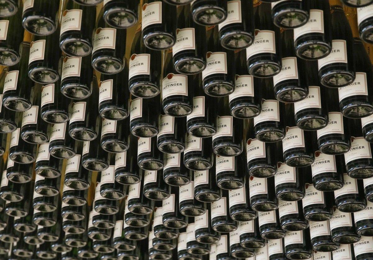 Едут в Италию не только за одеждой, но и вином / Иллюстрация REUTERS