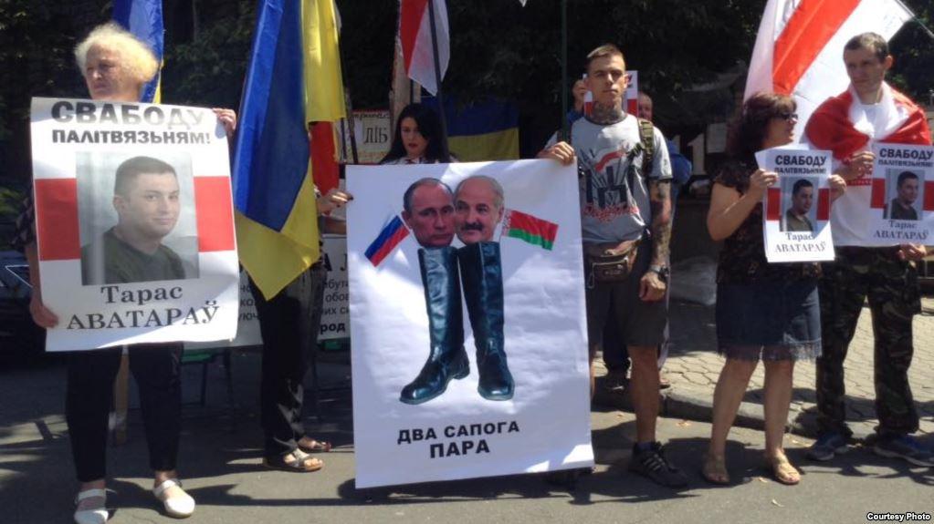 Лукашенко встречают в Киеве плакатами с Путиным / фото svaboda.org