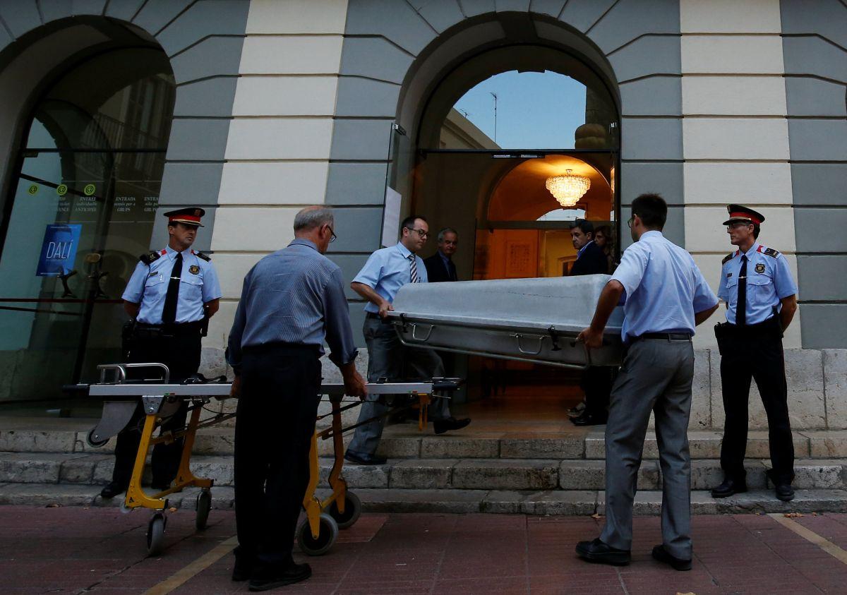 Гроб с телом Дали выносят из театра-музея в городе Фигерас / REUTERS