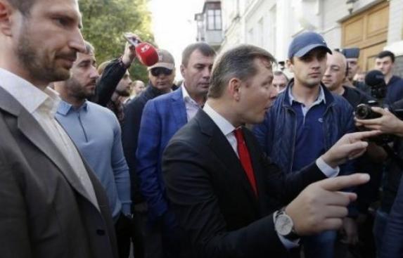 Под зданием Печерского суда вКиеве произошла потасовка между нардепами