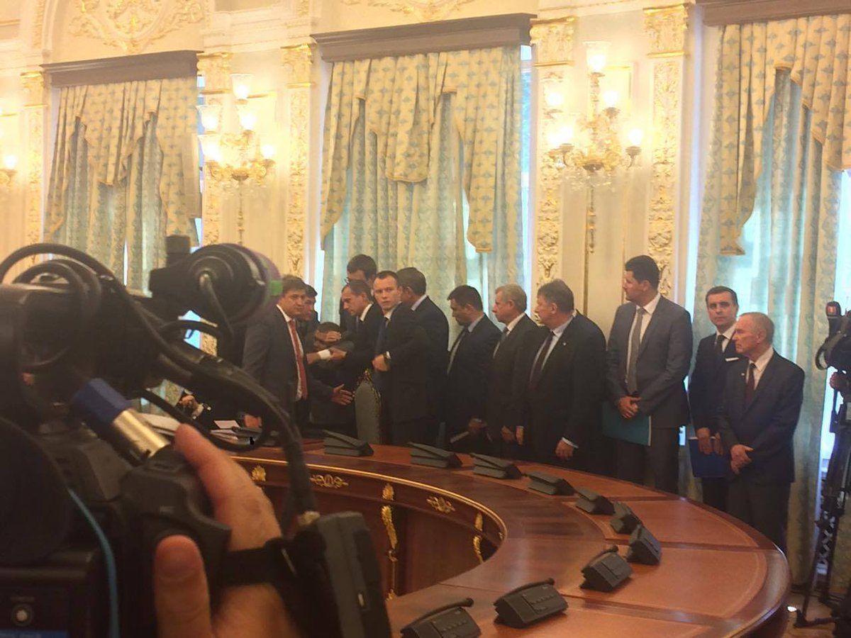 Во время встречи Порошенко и Лукашенко потерял сознание главный пограничник Украины / twitter.com/ukrpravda_news