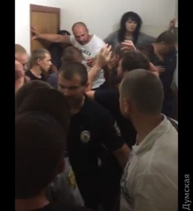 Активисты разблокировали здание суда / фото dumskaya.net