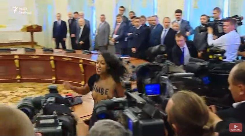 Диаш ранее показала грудь Лукашенко и Порошенко / Скриншот