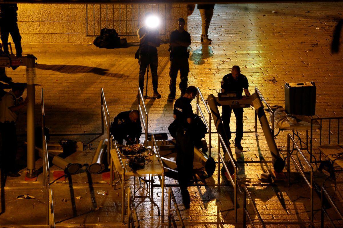 Полиция убирает рамки металлодетекторов возле Храмовой горы / REUTERS